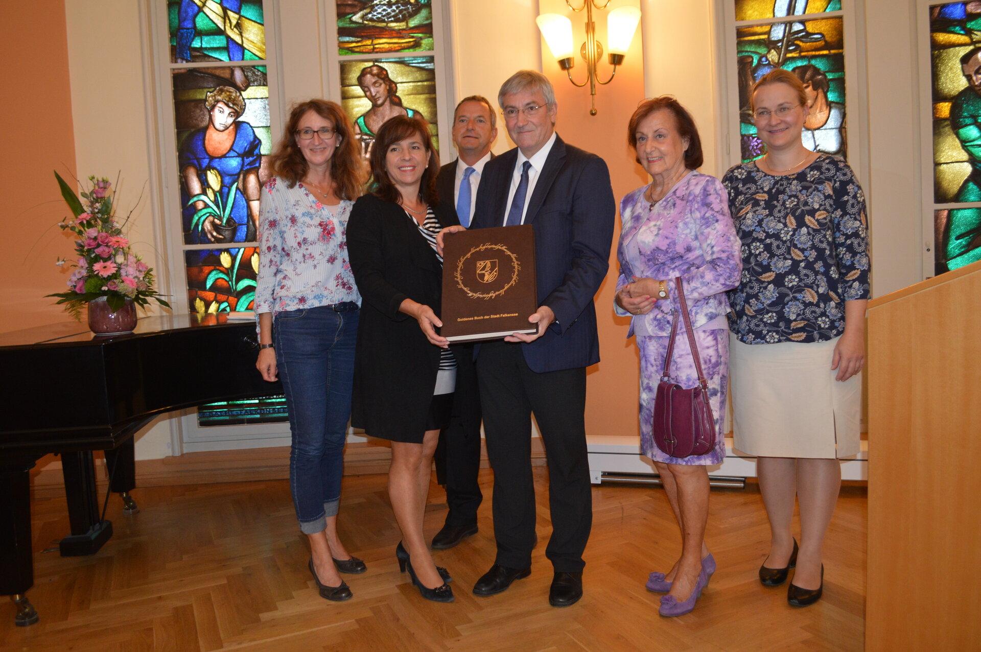 Zum Tag des offenen Denkmals im Jahr 2018 präsentierten Bürgermeister Heiko Müller und Barbara Richstein, die damalige Vorsitzende der Stadtverordnetenversammlung, anlässlich des 100. Geburtstages des Rathauses das Goldene Buch der Stadt Falkensee.