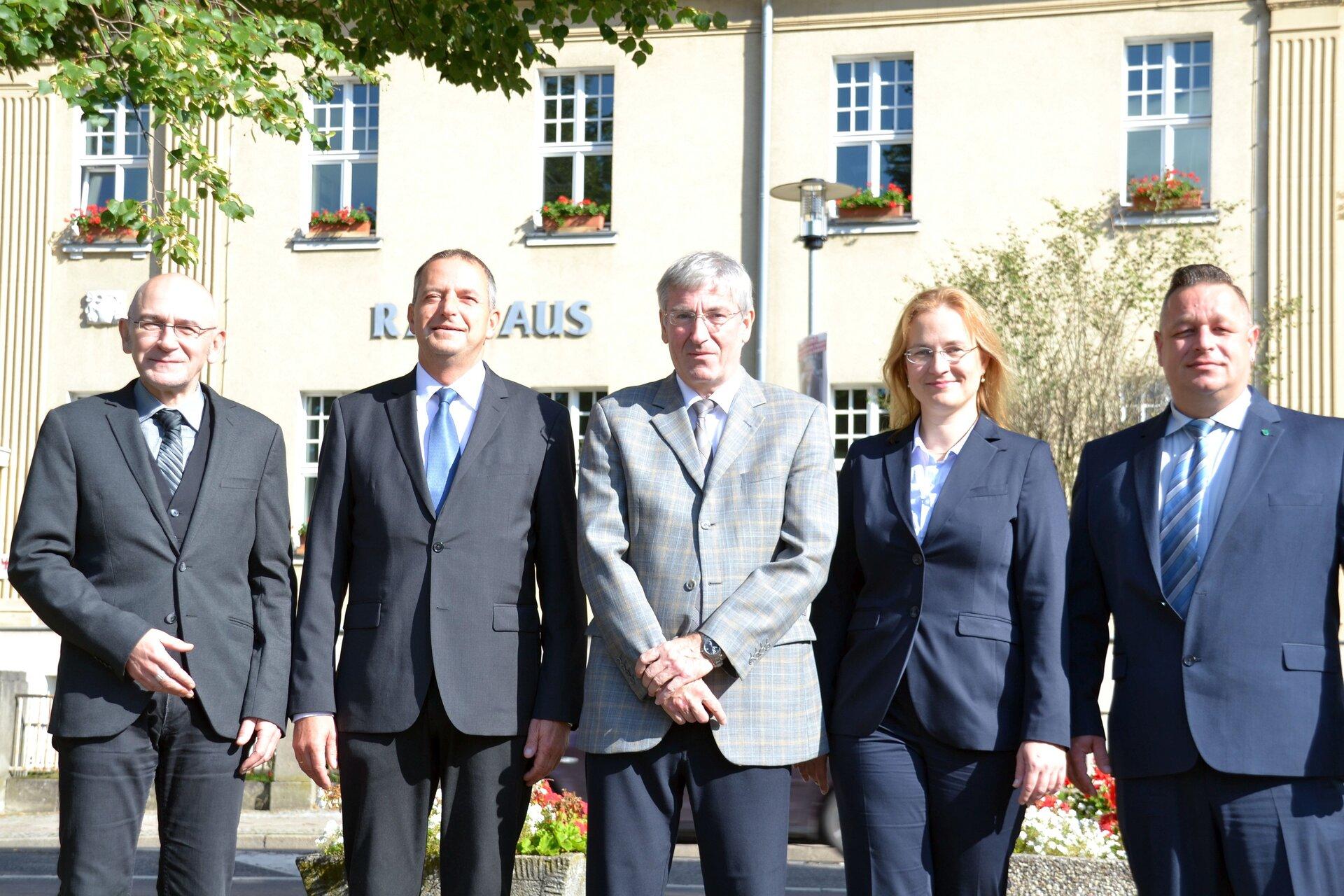 Das Bild zeigt (von links nach rechts) den Dezernenten Dr. Harald Sempf, den 1. Beigeordneten Thomas Zylla, Bürgermeister Heiko Müller, die Beigeordnete Luise Herbst und den Kämmerer Ralf Haase.