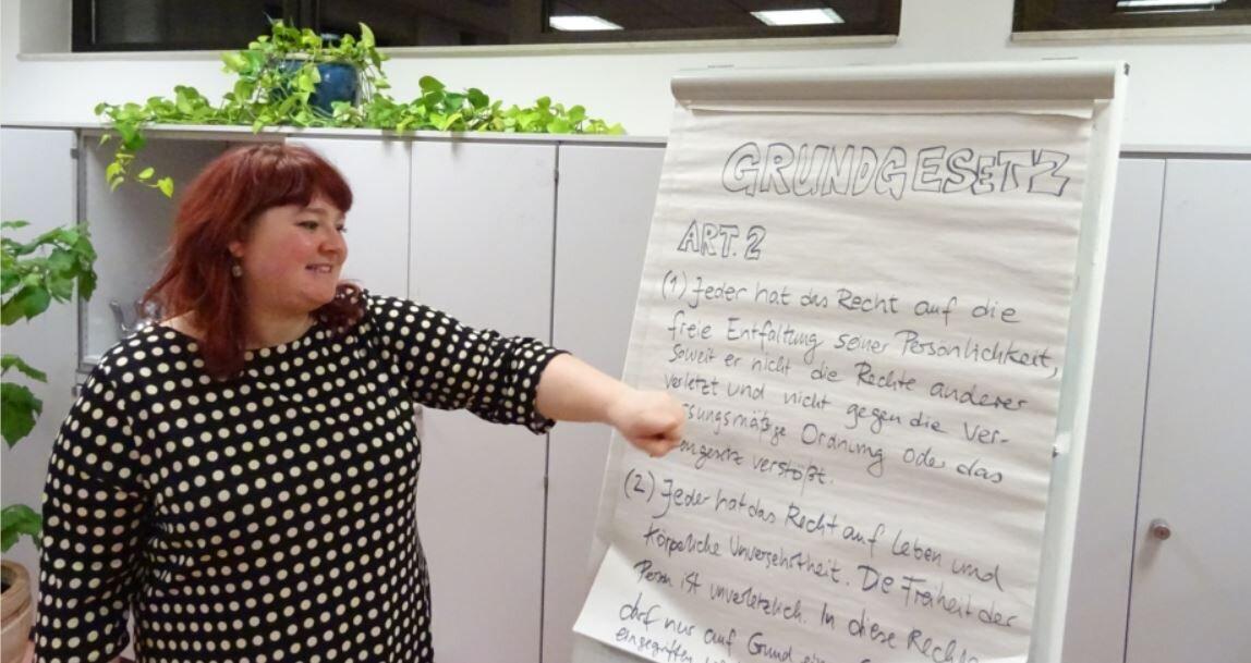 """Bild zeigt Referentin Magda Albrecht beim Workshop """"Frei entfalten, aber wie?!""""; Foto: Maintal Aktiv - Freiwilligenagentur"""