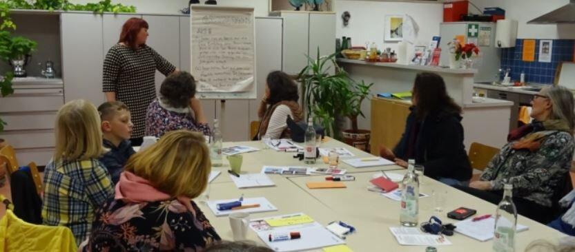 Bild zeigt die Teilnehmer und die Referentin des Workshops