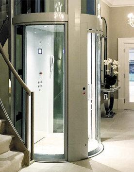 Runder Aufzug Giotto als Glasaufzug im Innenbereich einer Villa