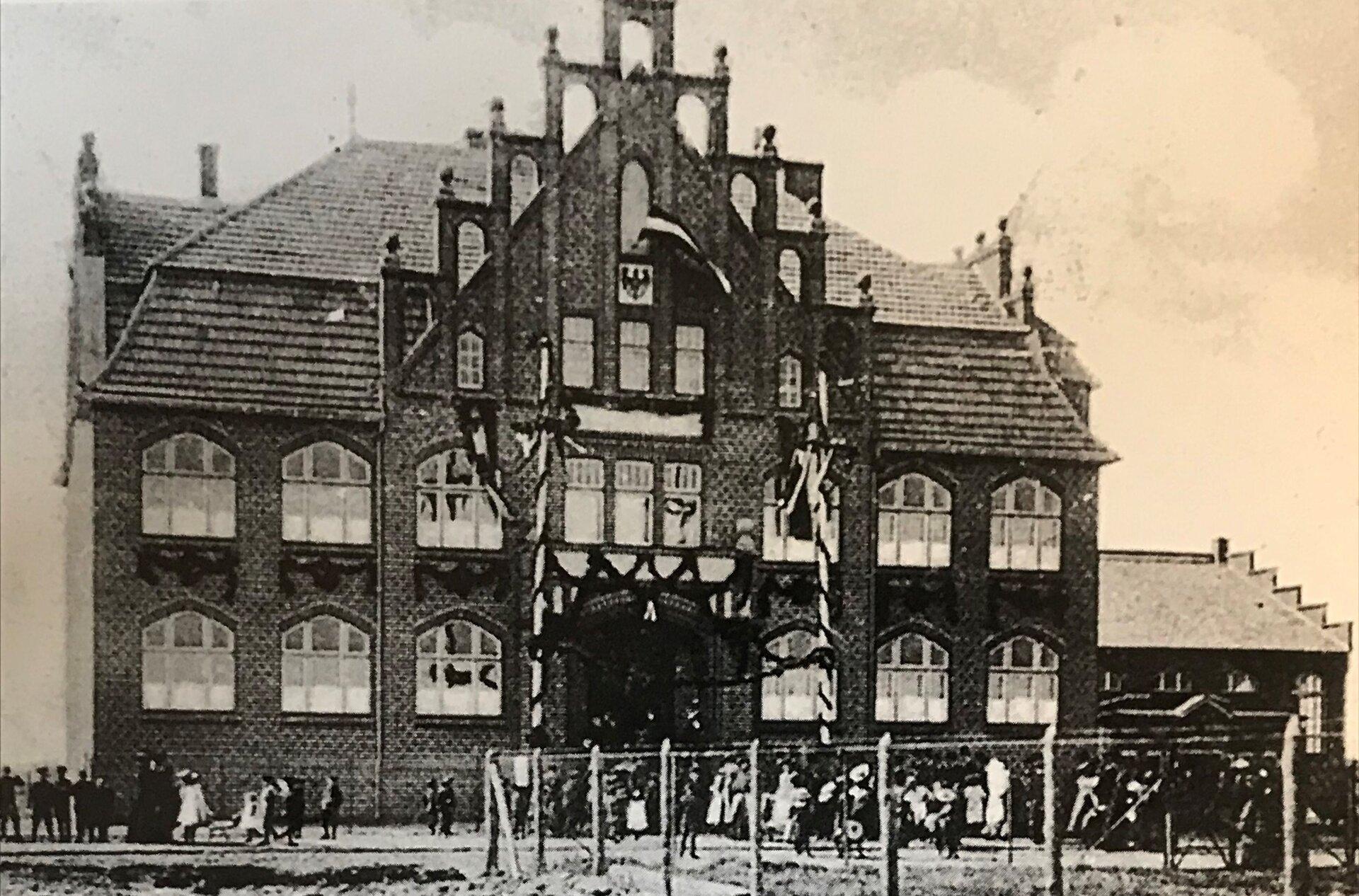 Unser Bild zeigt die Gemeindeschule 2 in der Kruppstraße (Quelle: Museum und Galerie Falkensee).