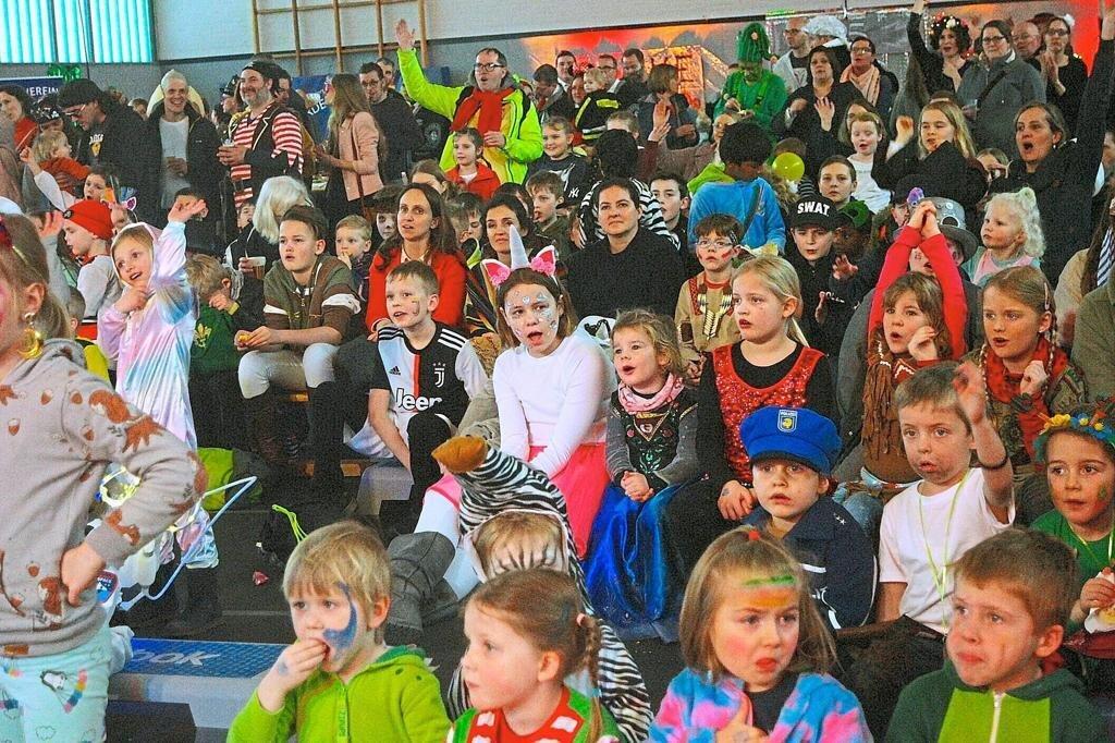 In der bunt illuminierten Turnhalle erlebten die kleinen und großen Zuschauer ein spritziges Programm.  Quelle: Dieter Klein