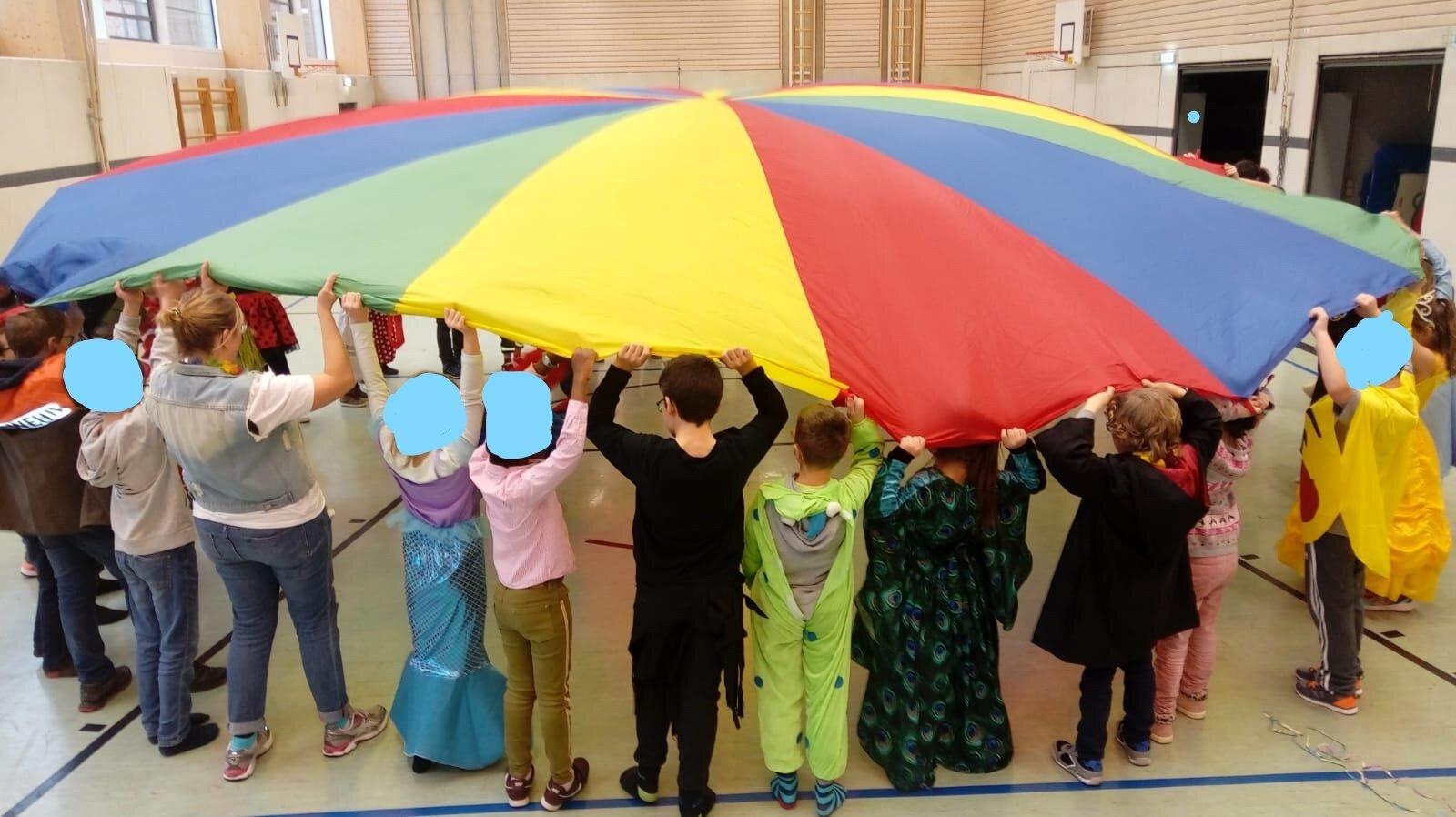 Fasching in der Grundschule – Spiele mit dem Schwungtuch