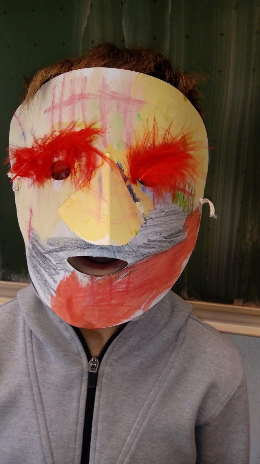 Selbst gebastelte Masken zu Fasching