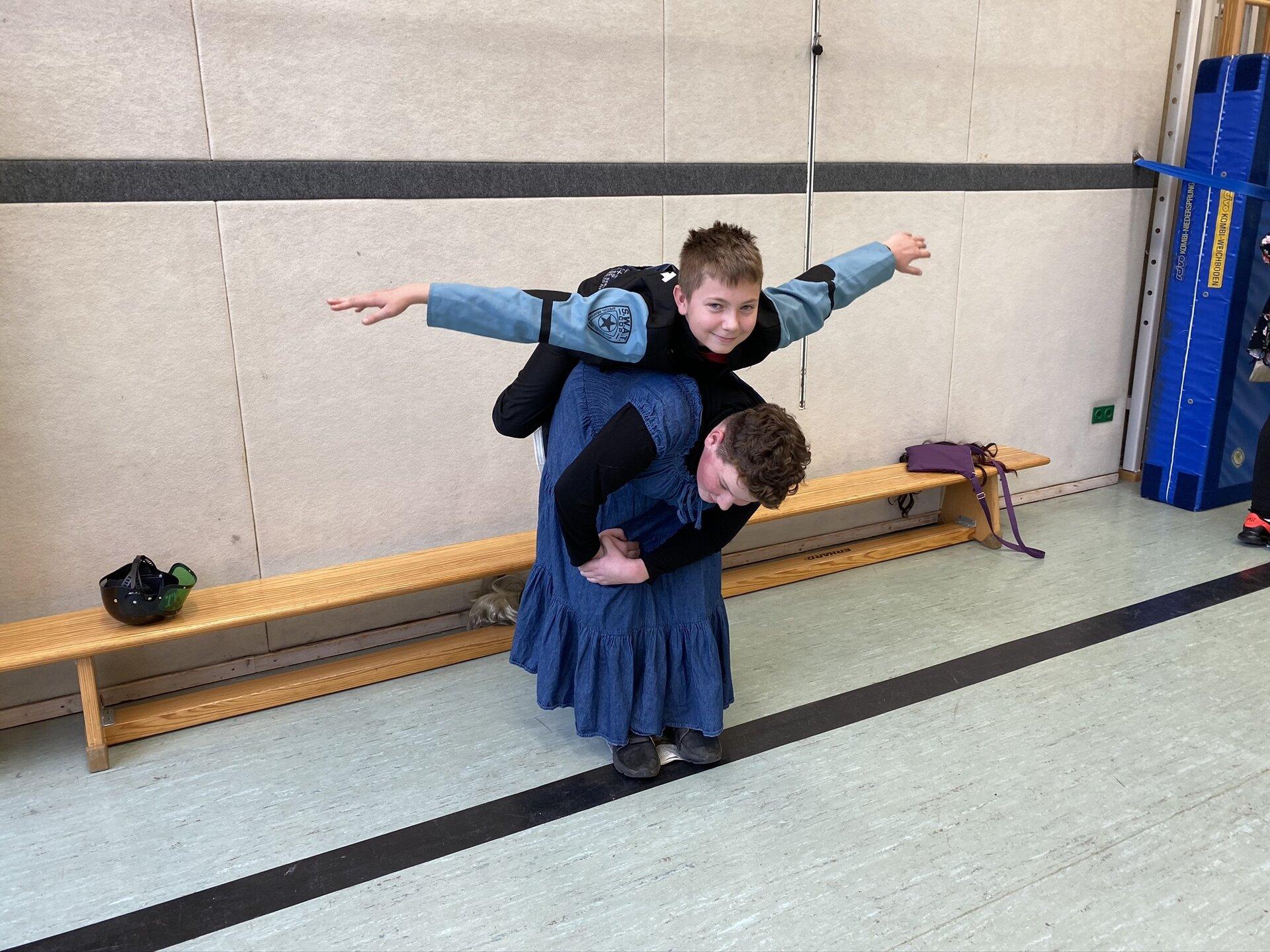 Akrobatik beim Zeitungstanz – auch so passt man auf die Zeitung!