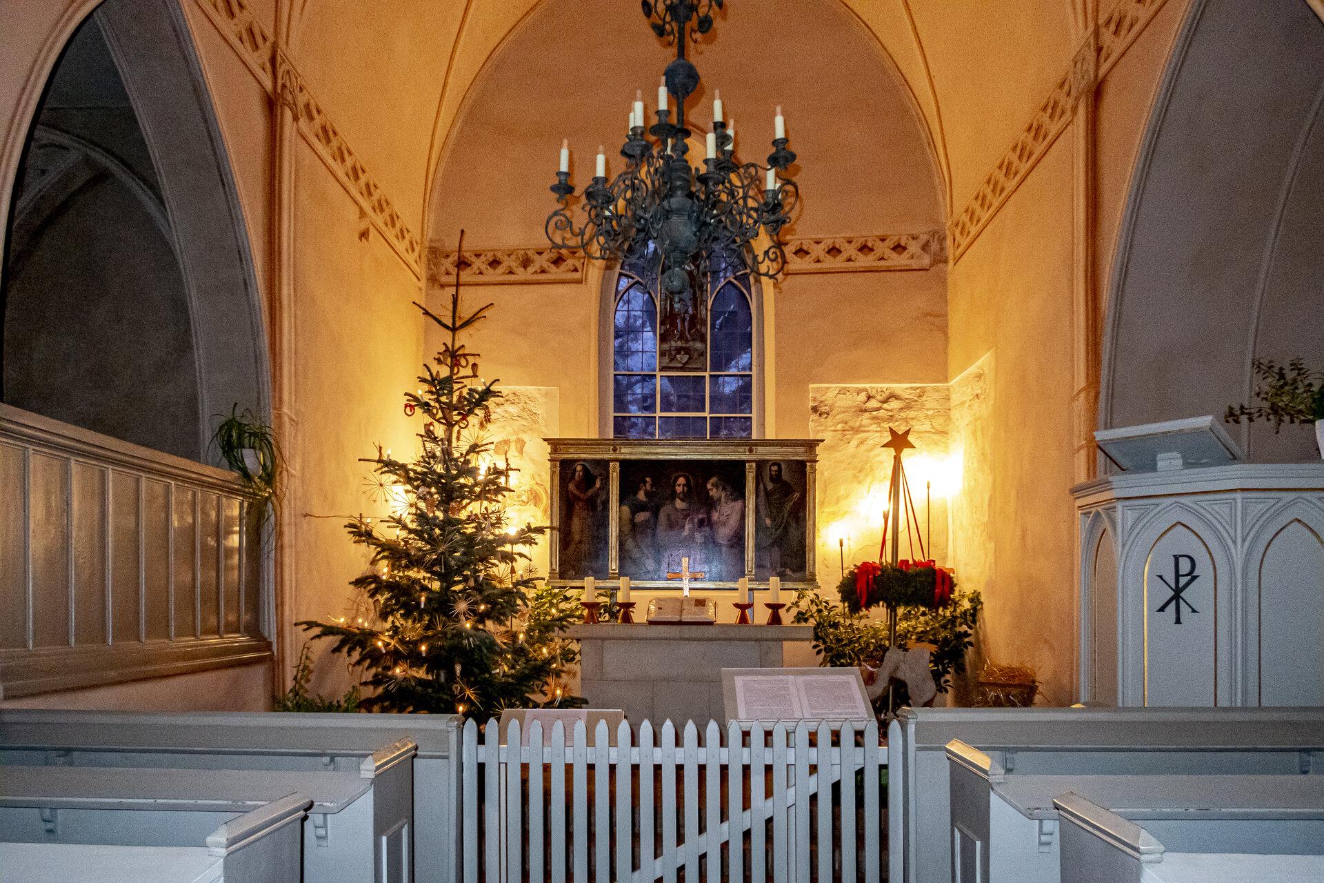 Weihnachtsdeko in der Kirche, Foto: Jörg Peter