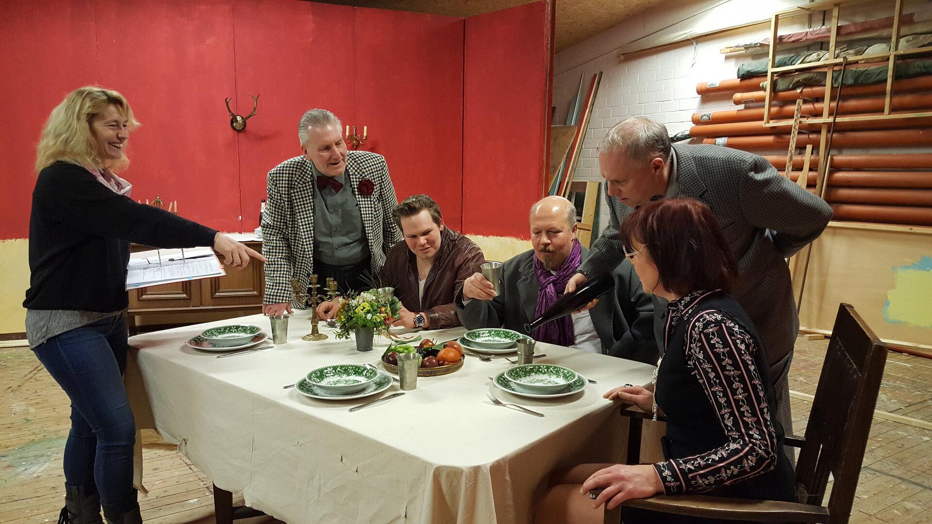 Teelke Budde (links) gibt letzte Regieanweisungen an Andree Uphoff, Malte Tönjes, Dieter Hattermann, Hero Kruse und Heike Müller-Feldmann.