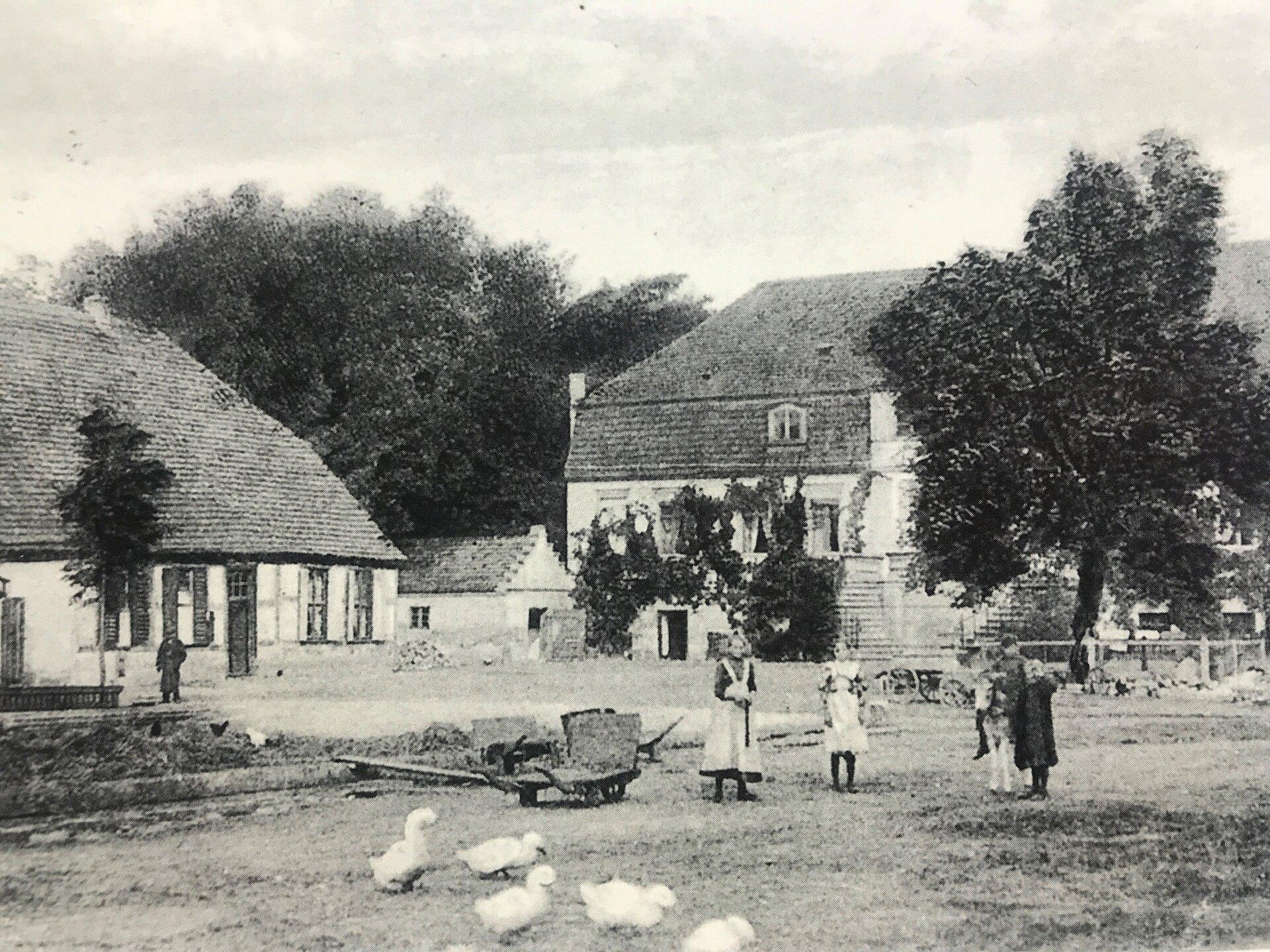 Unser Bild zeigt den Gutshof des Rittergutes Seegefeld mit Wirtschafts- und Wohngebäuden (Quelle: Museum und Galerie Falkensee).