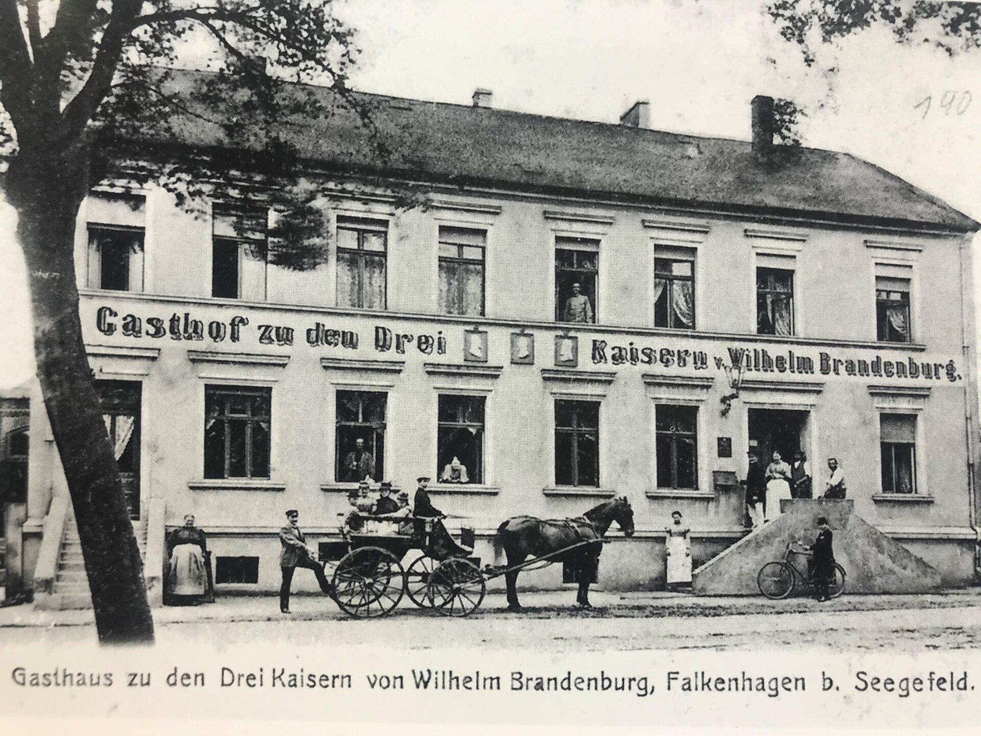 """Unser Bild zeigt die Gaststätte """"Zu den drei Kaisern"""", diese erhielt 1918 den Namen """"Eichenkranz"""". Das Gebäude steht heute noch in der Freimuthstraße/Ecke Spandauer Straße (Quelle: Museum und Galerie Falkensee)."""