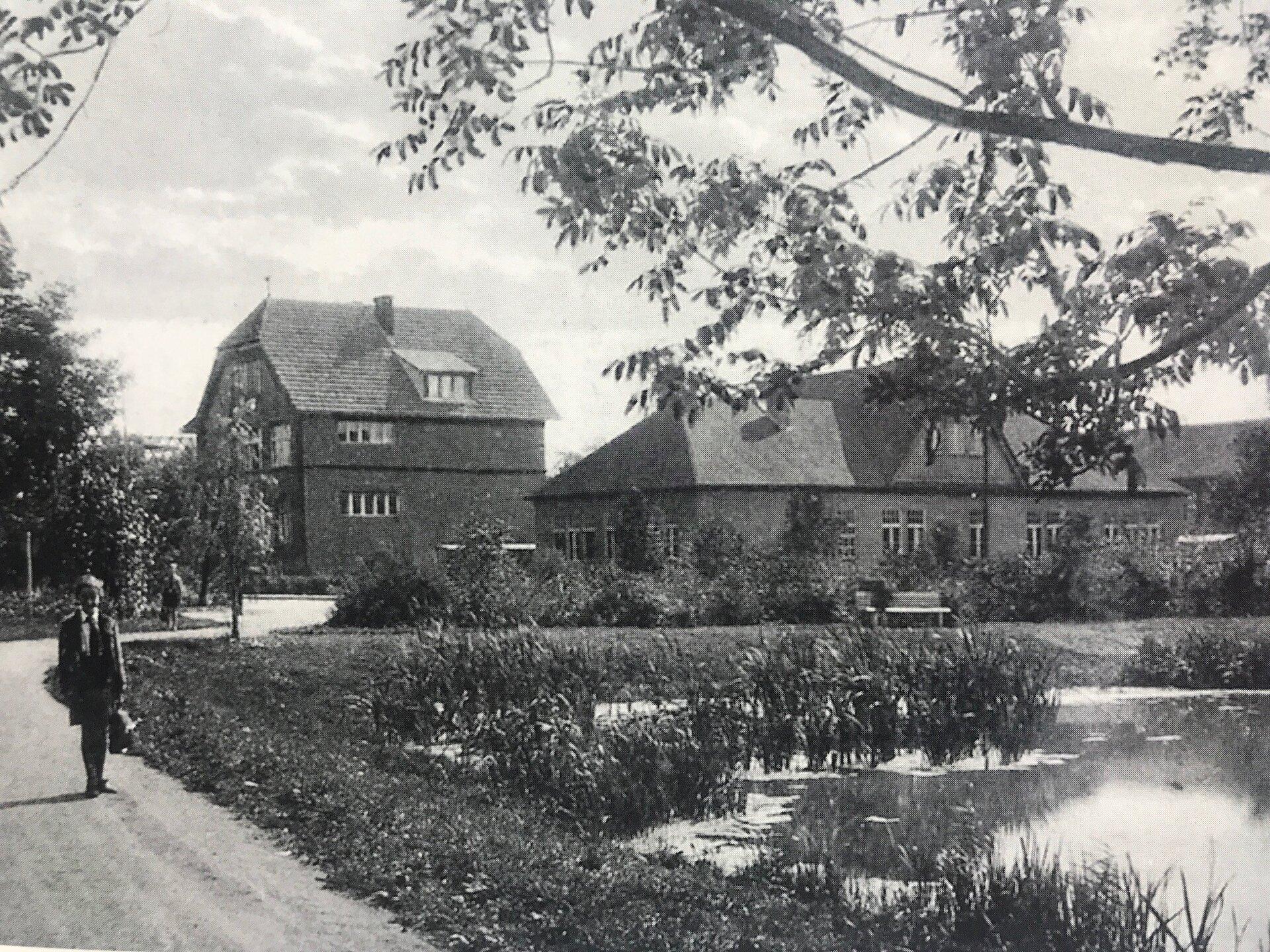 1960 wurde der Gutsparkteich, der im Süden den Gutspark begrenzte, zugeschüttet (Quelle: Museum und Galerie Falkensee).