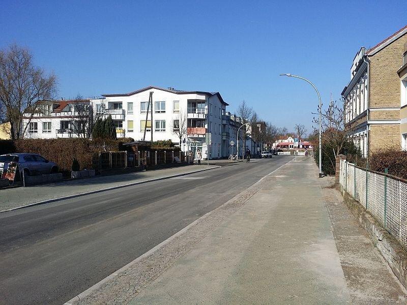 Das alte Kopfsteinpflaster der Hertzstraße wurde aufgenommen und durch eine neue Asphaltfahrbahn ersetzt. Erneuert sind zudem die Straßenbeleuchtung und die Regenentwässerung (Quelle: Stadtarchiv).