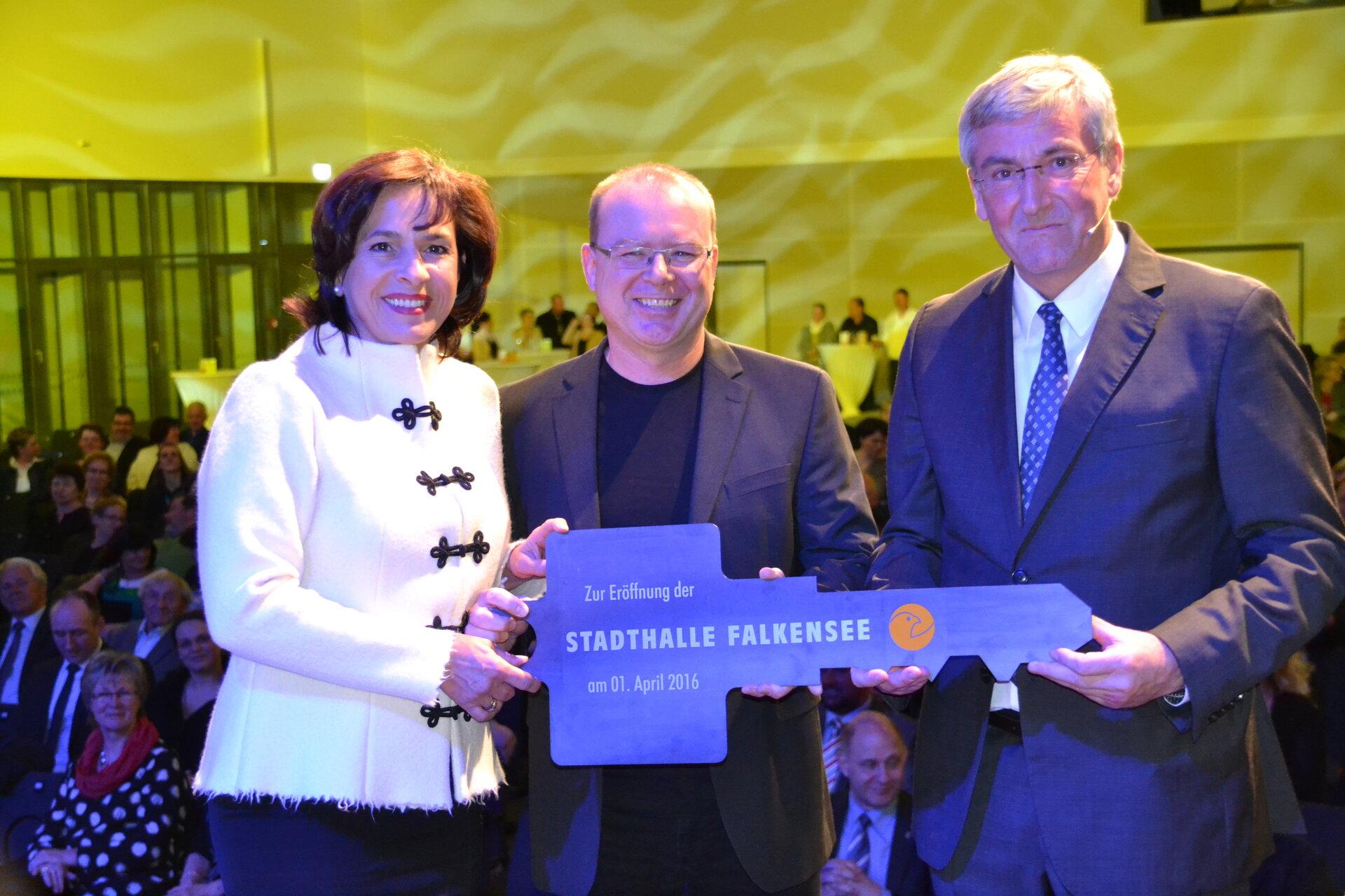 Unser Bild zeigt die Schlüsselübergabe bei der festlichen Eröffnung der Stadthalle Falkensee (Quelle: Stadtarchiv).
