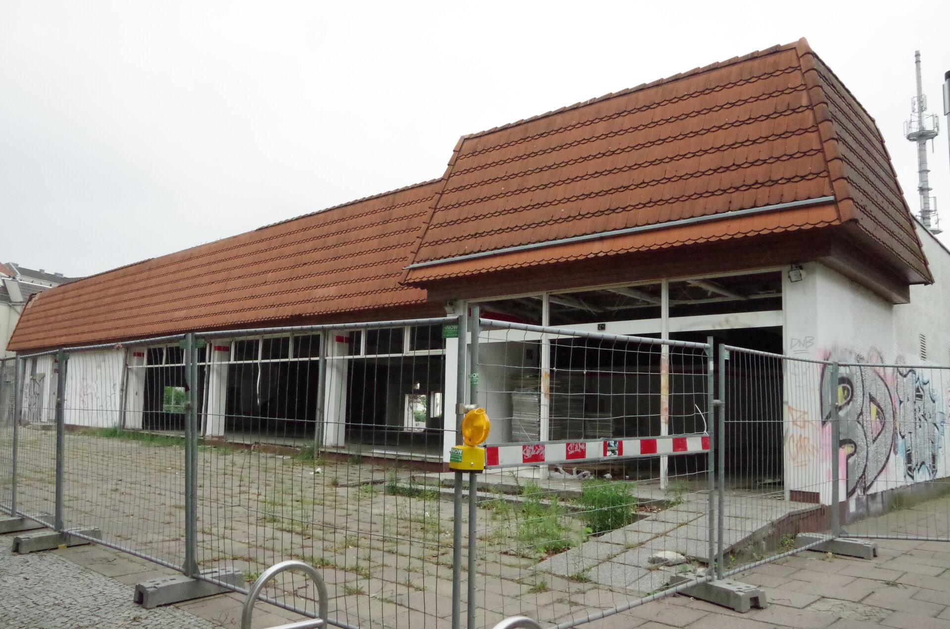 Unser Bild zeigt den Abriss der alten Kaufhalle in der Bahnhofstraße (Quelle: Stadtarchiv).
