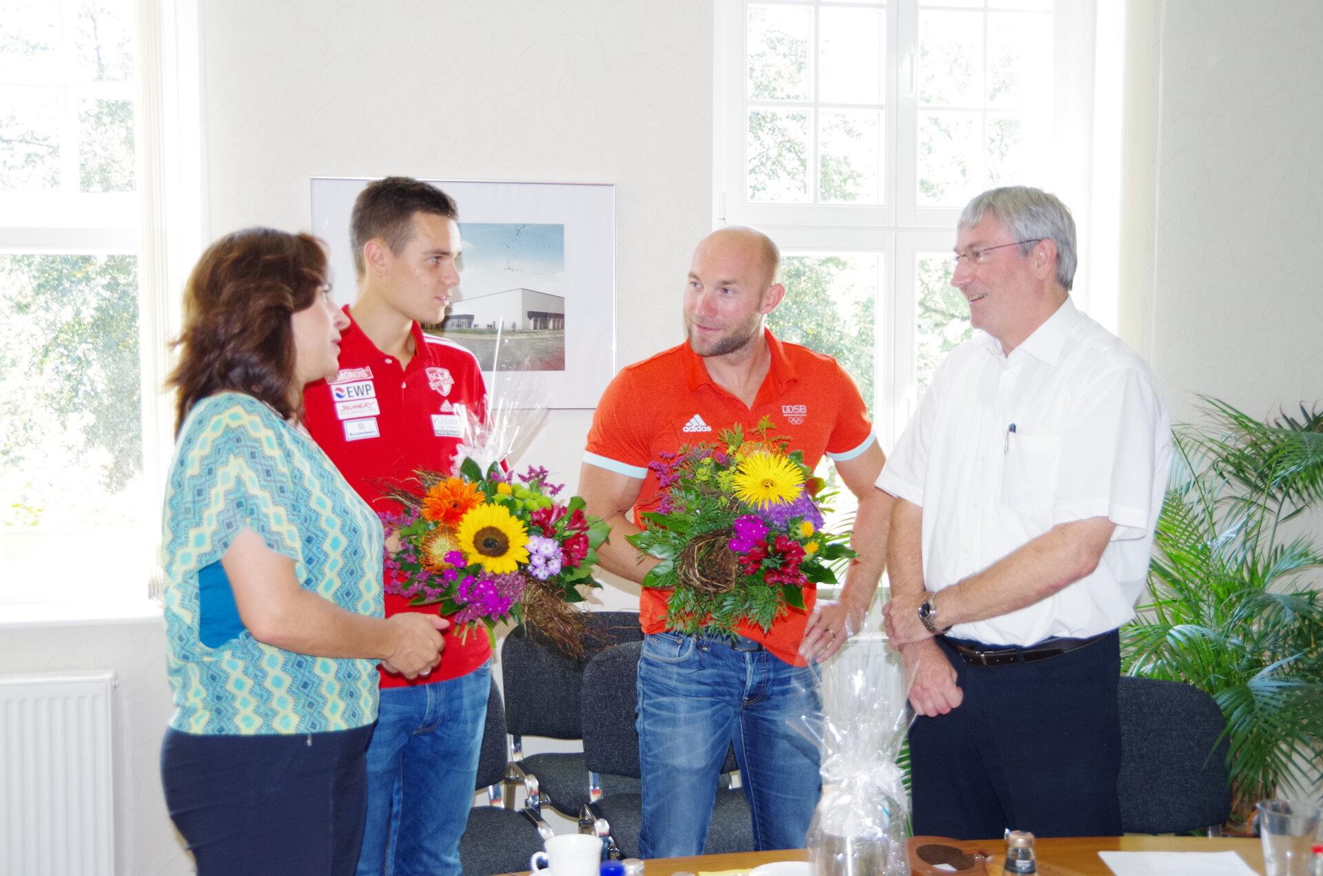 Bürgermeister Heiko Müller und die damalige SVV-Vorsitzende Barbara Richstein empfangen die Olympiateilnehmer der Spiele 2016 in Rio de Janeiro Ronald Rauhe und Nils Brembach im Rathaus (Quelle: Stadtarchiv).