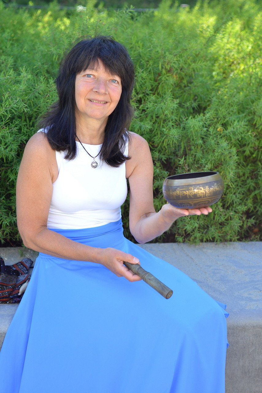 Dr. Iris Schiek mit Klangschale