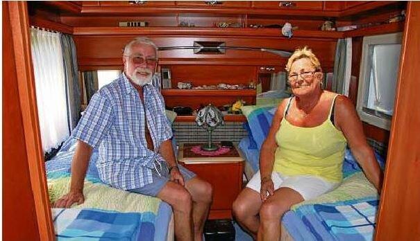 Etwa 50 Dauercamper nutzen den Campingplatz. Das Bild zeigt Helmut und Brigitte Krüger aus Helmstedt in ihrem Wohnwagen.