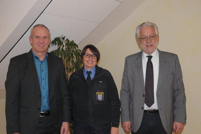 Bürgermeister Edwin Schneider mit POK Karina Bloß und Stadtverordnetenvorsteher Karl Weisensee (v.l.n.r.)