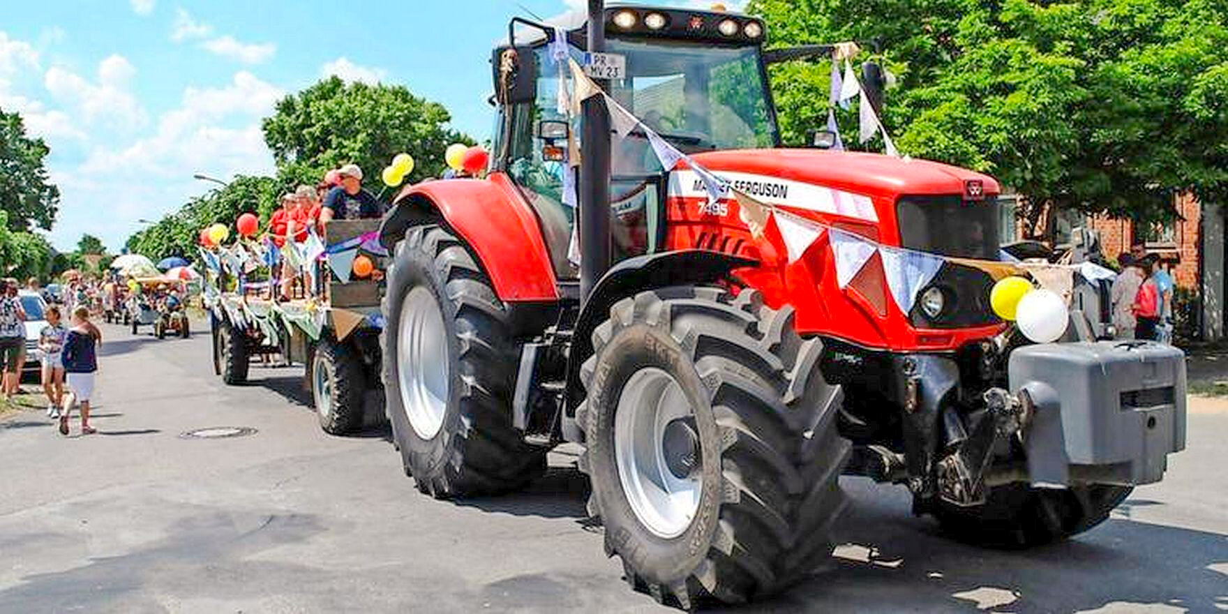 rMai-2018-Riesentraktor_beim_Festumzug
