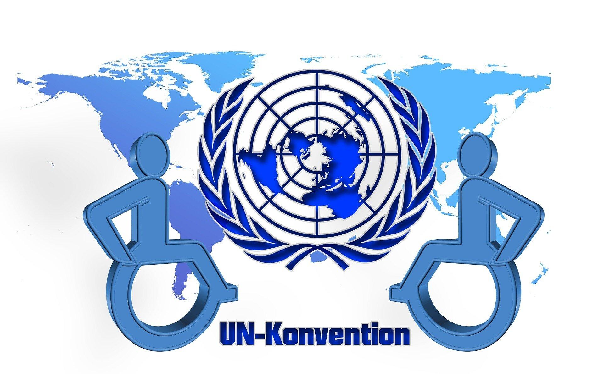 Das Logo der Vereinten Nationen (UN) vor einer blauen Weltkarte, rechts und links davon ist jeweils ein Rollstuhlfahrer und dazwischen steht UN-Konvention geschrieben.