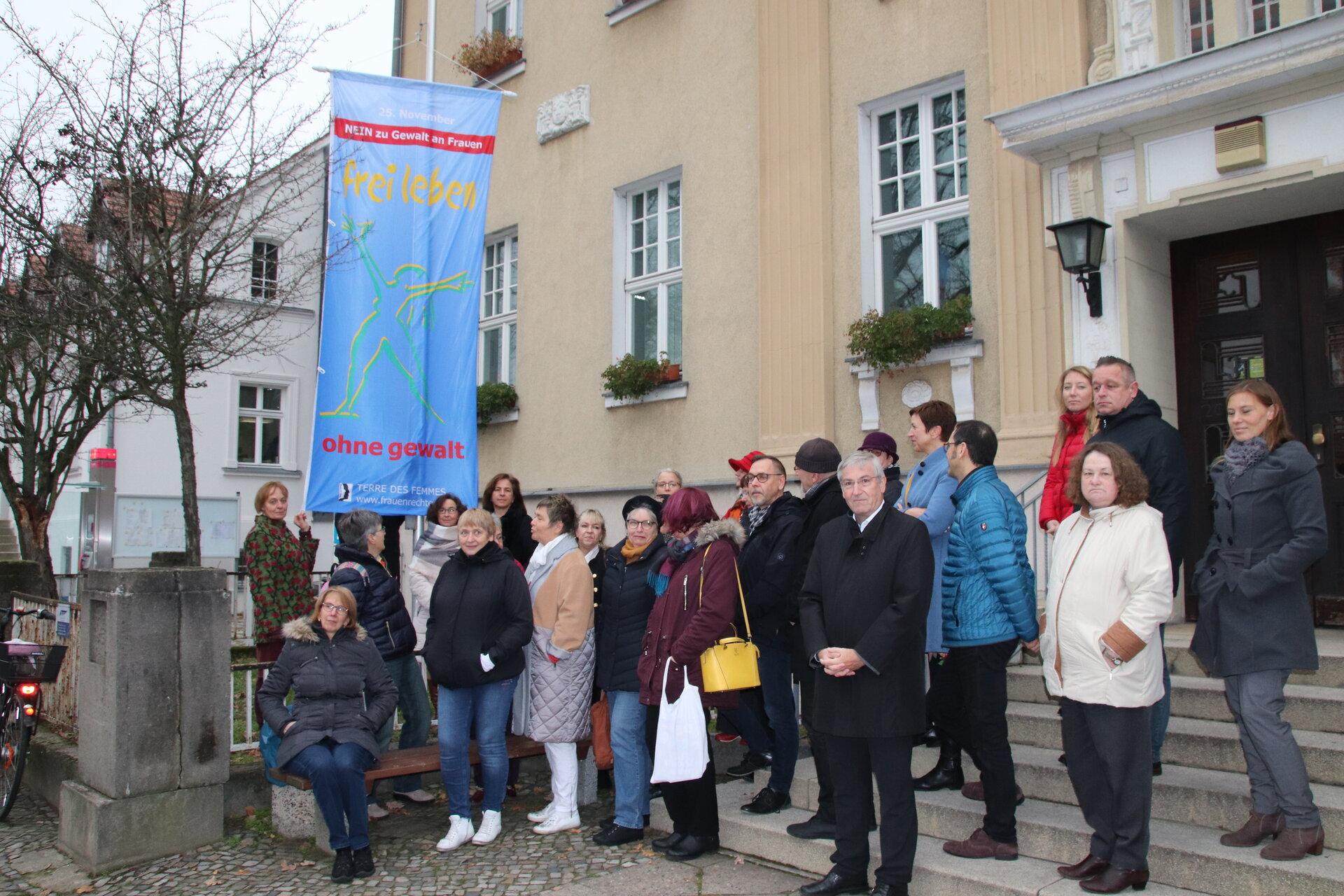 Aktion Nein zu Gewalt an Frauen vor dem Falkenseer Rathaus im Jahr 2019.