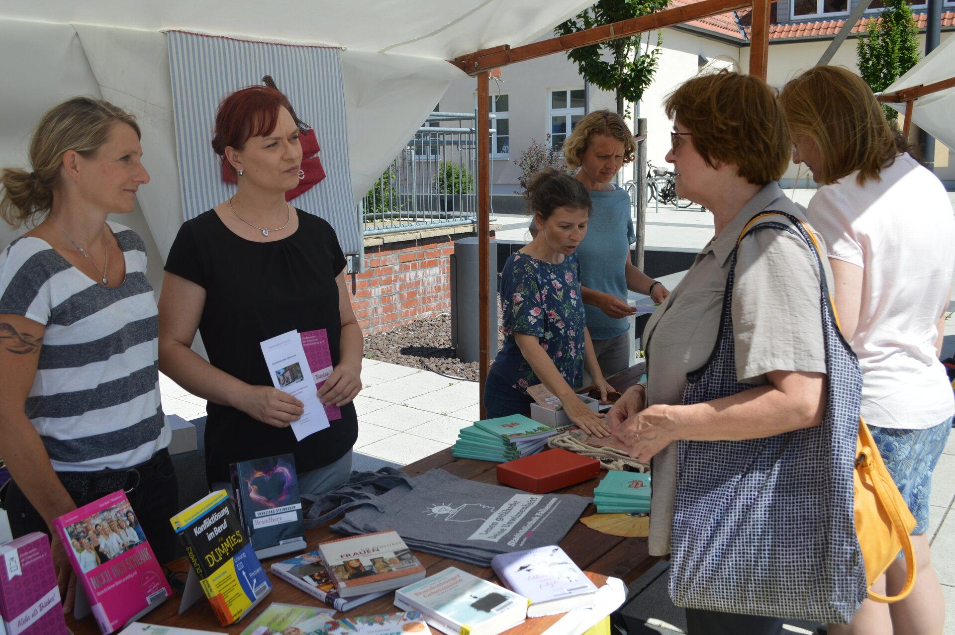 Ein Infomarkt für Frauen war 2018 ein Programmpunkt der Brandenburgischen Frauenwoche in Falkensee, die durch die Gleichstellungsbeauftragte begleitet wird.