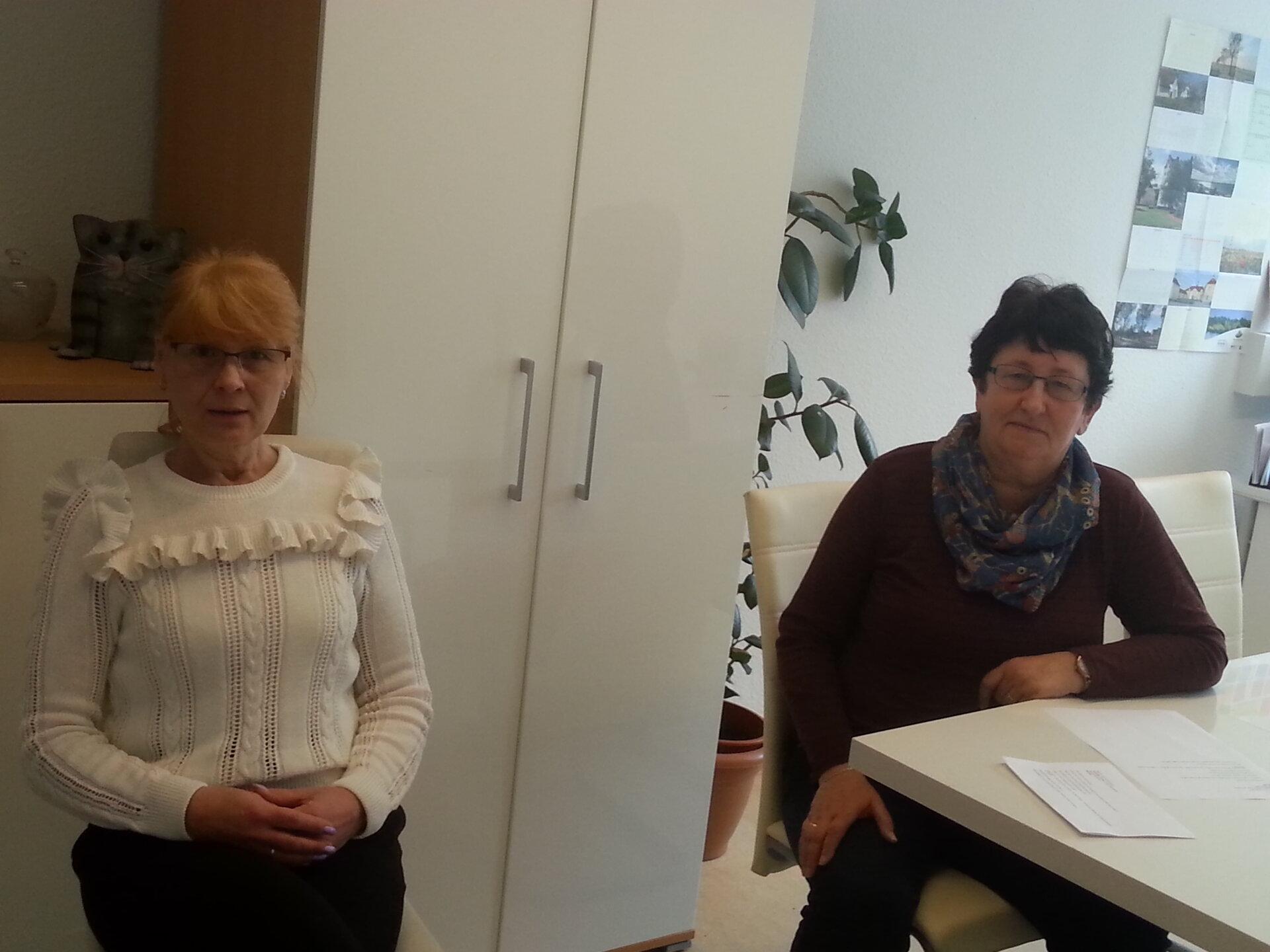 Mit entsprechendem Schutzabstand: Marion List (links) und Bettina Kühnel