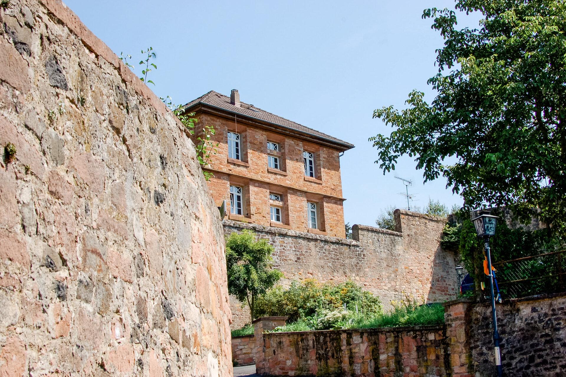 Blick auf Stadtmauer und altes Gefängnis