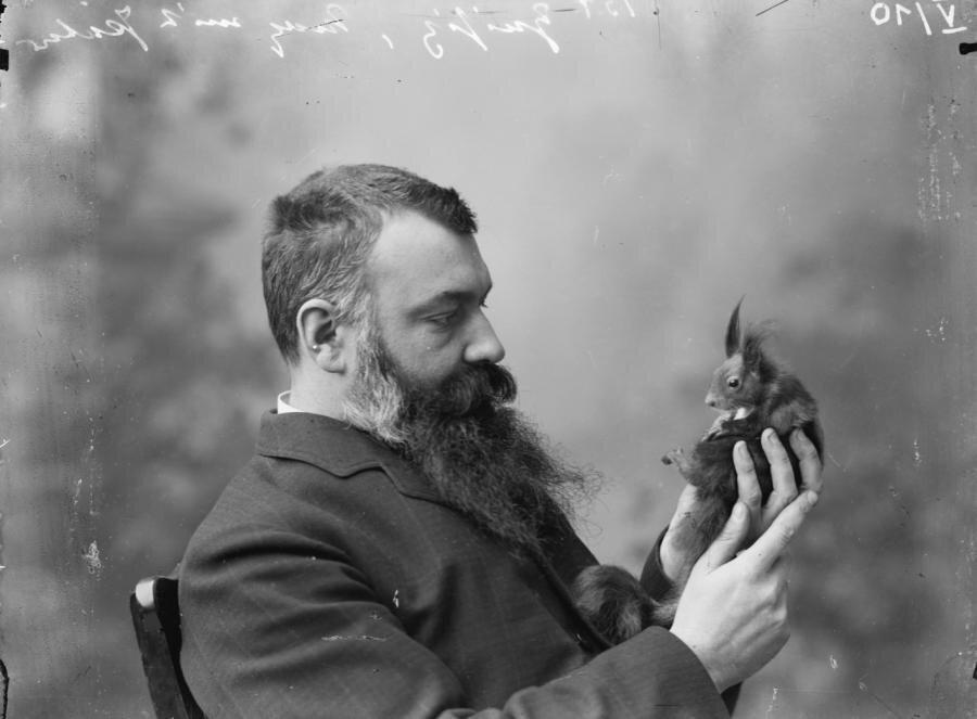 Max Zeisig mit seinem Eichhörnchen
