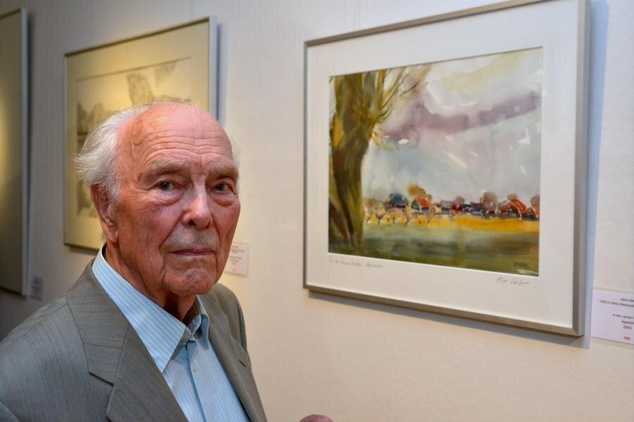 """Der 95-jährige Hans Seiler vor seinem Aquarell """"In der Lenzer Wische"""", Kunstsammlungen des rbb"""