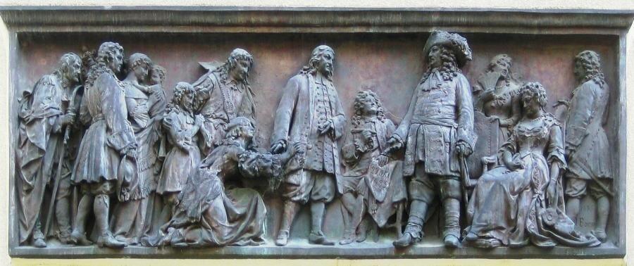 Empfang der Hugenotten. Relief von Johannes Boese am Eingang des Französischen Domes