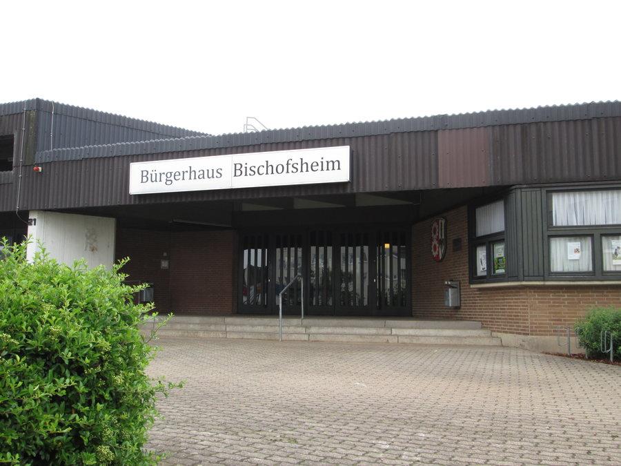 Bild zeigt den Eingang zum Bürgerhaus in Bischofsheim