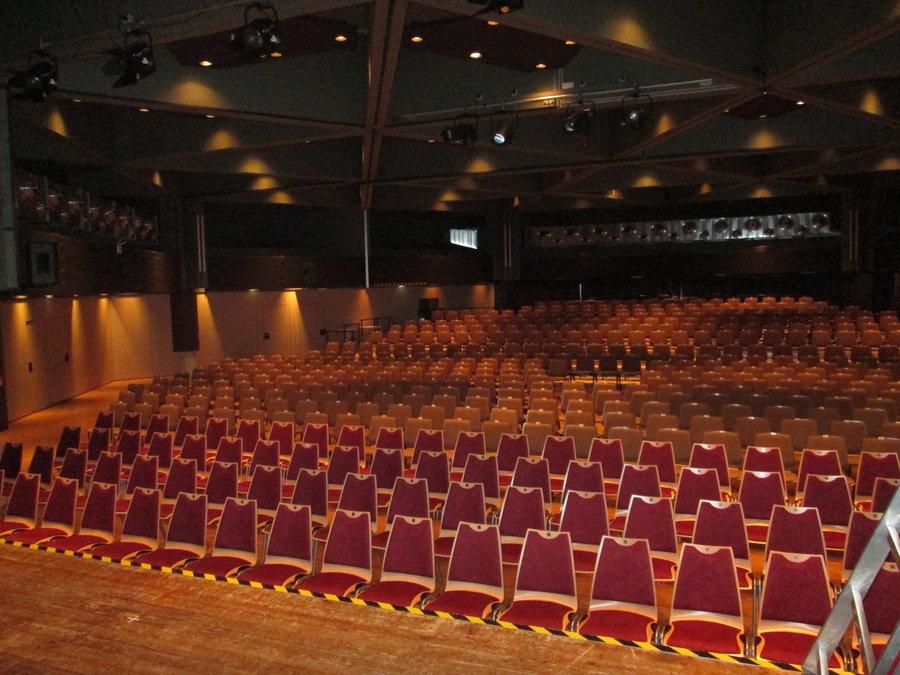 Bild zeigt den Saal mit Reihenbestuhlung