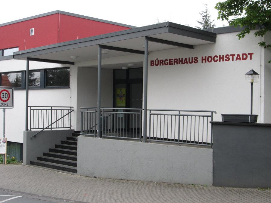 Bild zeigt den Eingang zum Bürgerhaus in Hochstadt