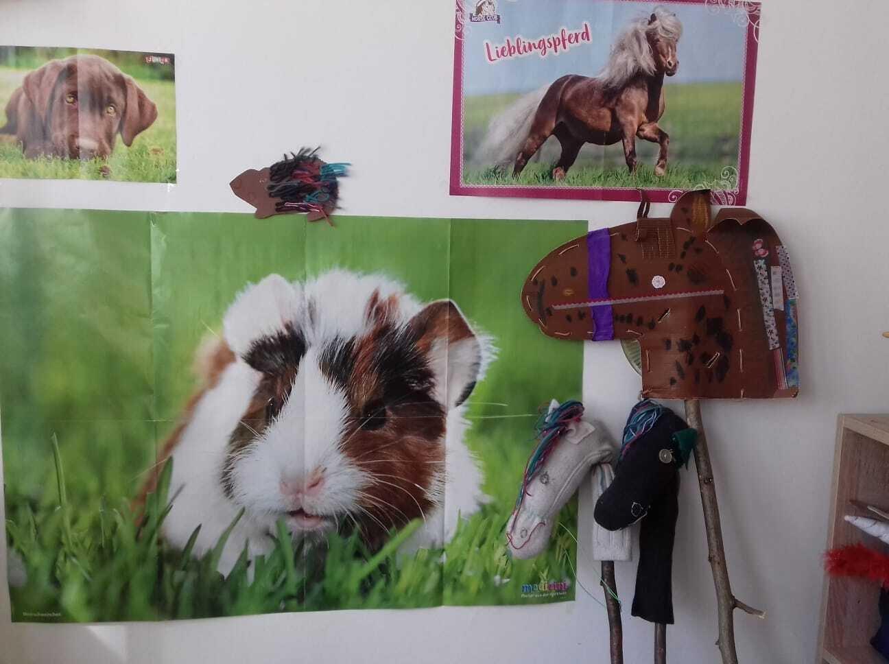 Bild zeigt eine Posterwand aus einem Kinderzimmer