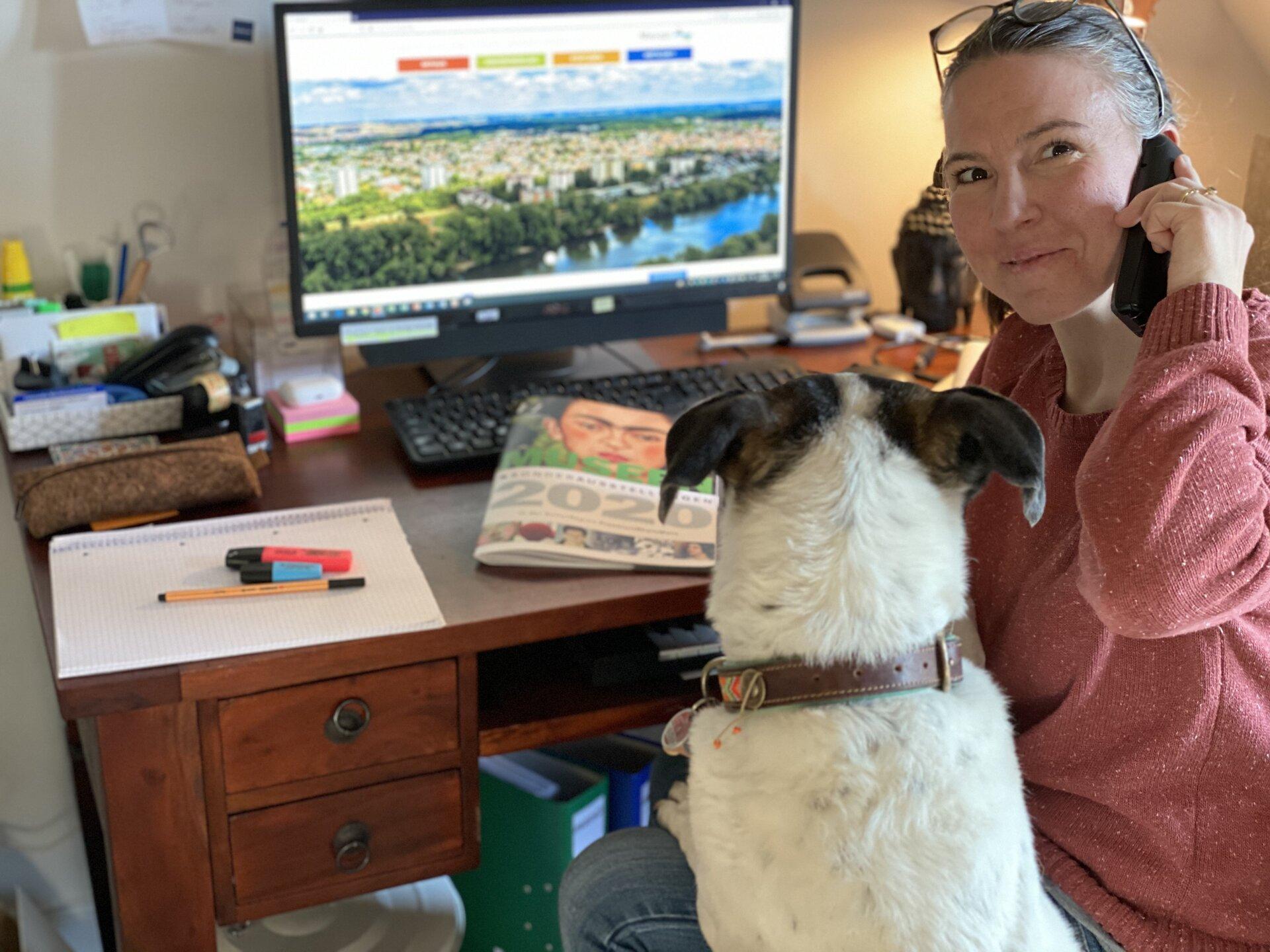 Bild zeigt Johanna Ceglarz mit Hund im HomeOffice