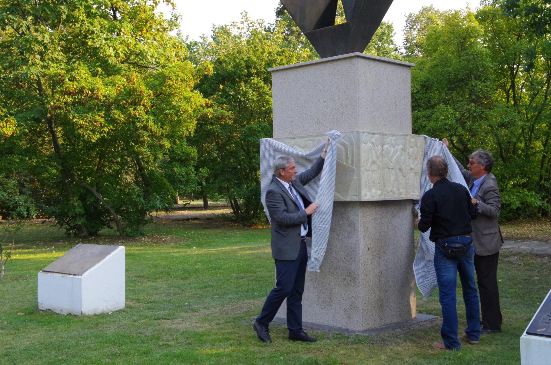2016: Sandsteinreliefs des Falkenseer Künstlers Ingo Wellmann im Geschichtspark enthüllt. Sie erinnern nun wieder an das Leid der Häftlinge, nachdem 2012 die Bronzeplatten an dem Erinnerungsort gestohlen wurden (Quelle: Stadtarchiv).