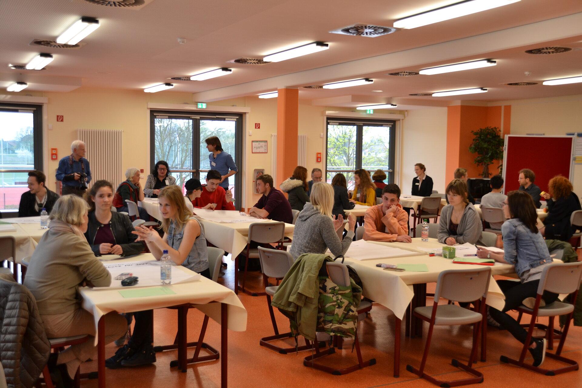 April 2017: Weltcafé zum Kinder- und Jugendkonzept (Quelle: Stadtarchiv Falkensee).