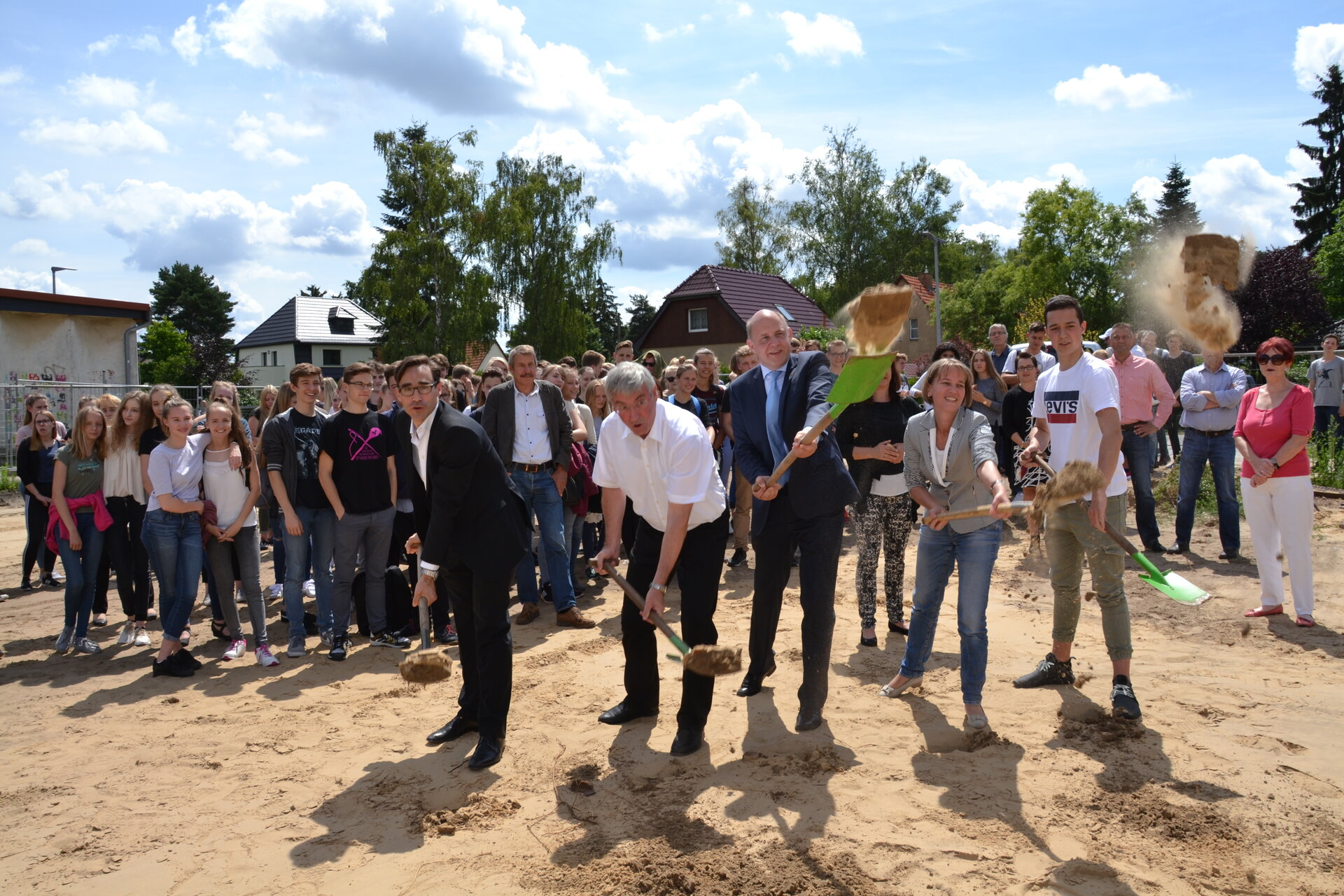 Juli 2017: Symbolischer Spatenstich läutet den Neubau der Zweifeldsporthalle des Vicco-von-Bülow-Gymnasiums ein (Quelle: Stadtarchiv).