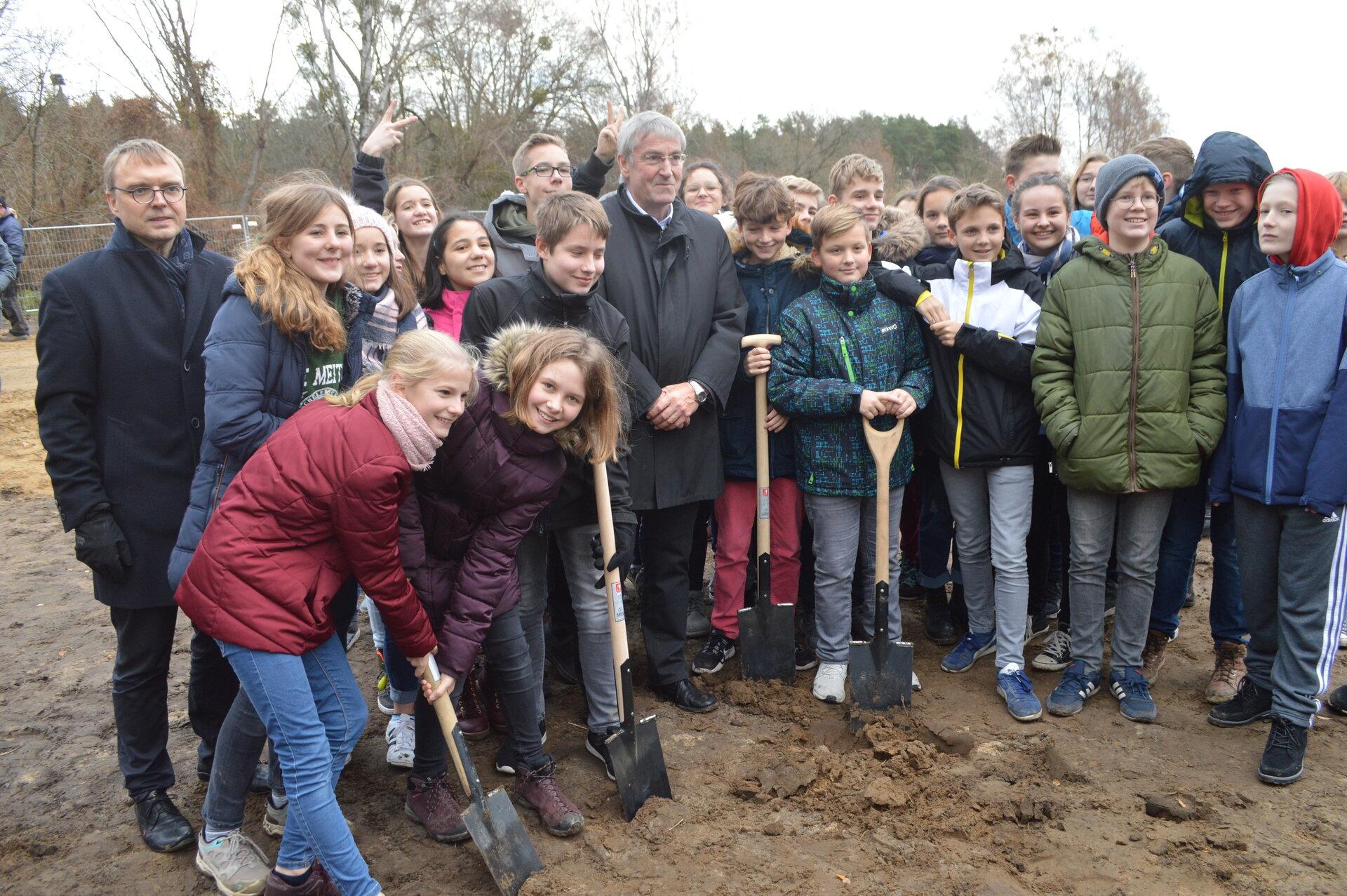 November 2018: Symbolischer Spatenstich mit den Schülerinnen und Schülern des Lise-Meitner-Gymnasiums (Stadtarchiv).