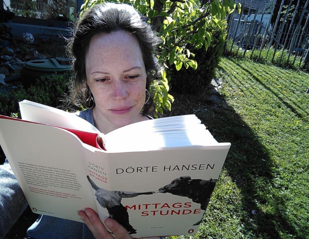 Bild zeigt Martina Faust beim Lesen eines Buches