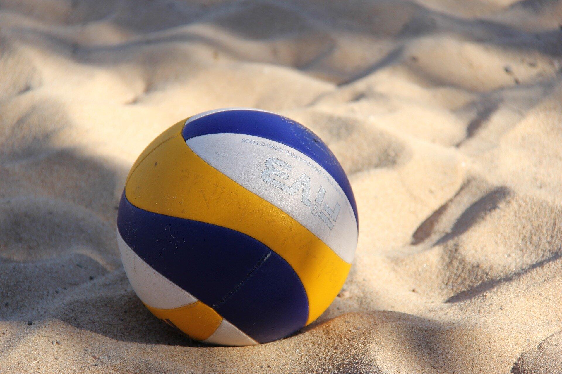 Ein Volleyball im Sand