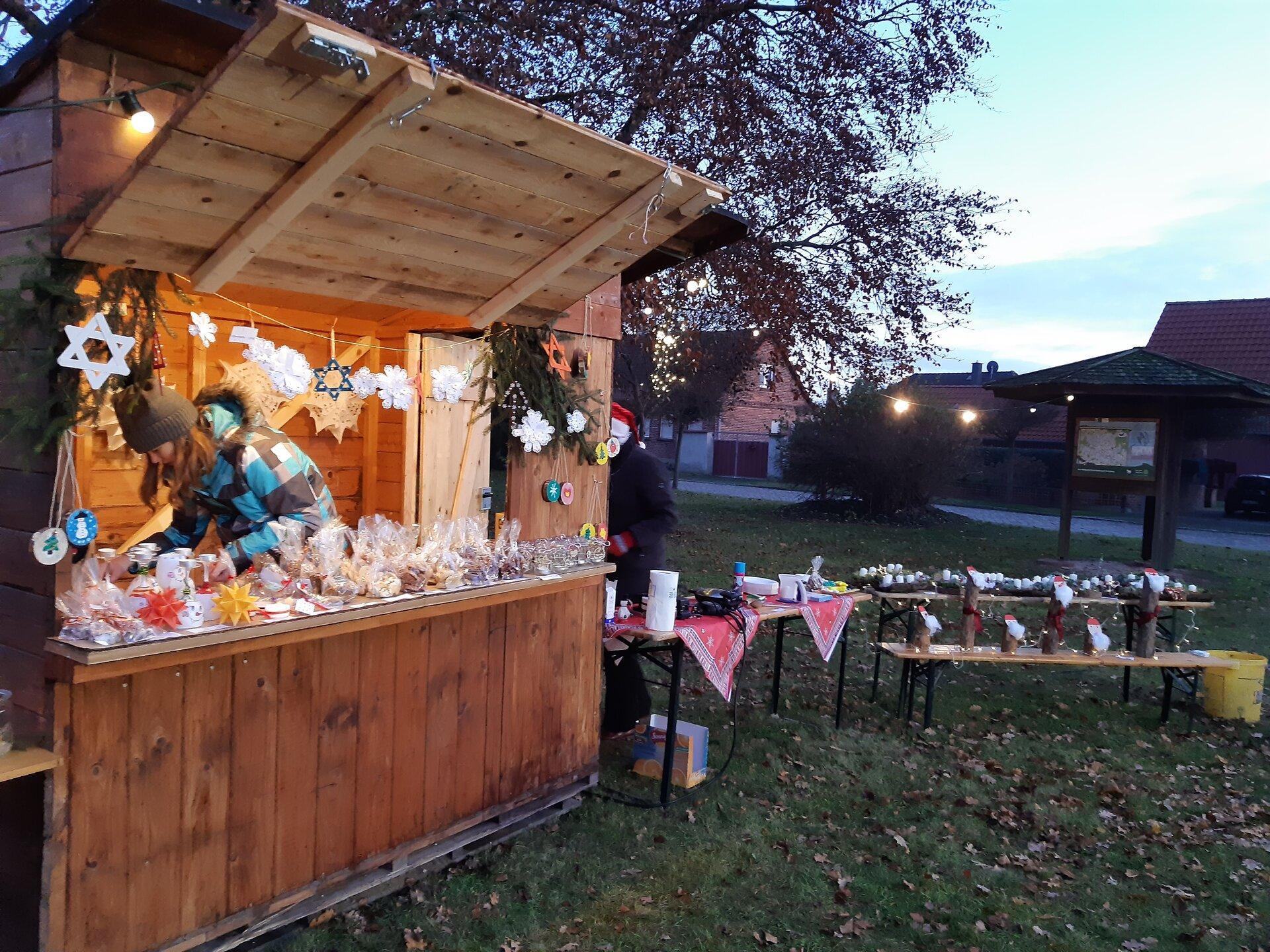 Weihnachtsmarkt-Bastelstand