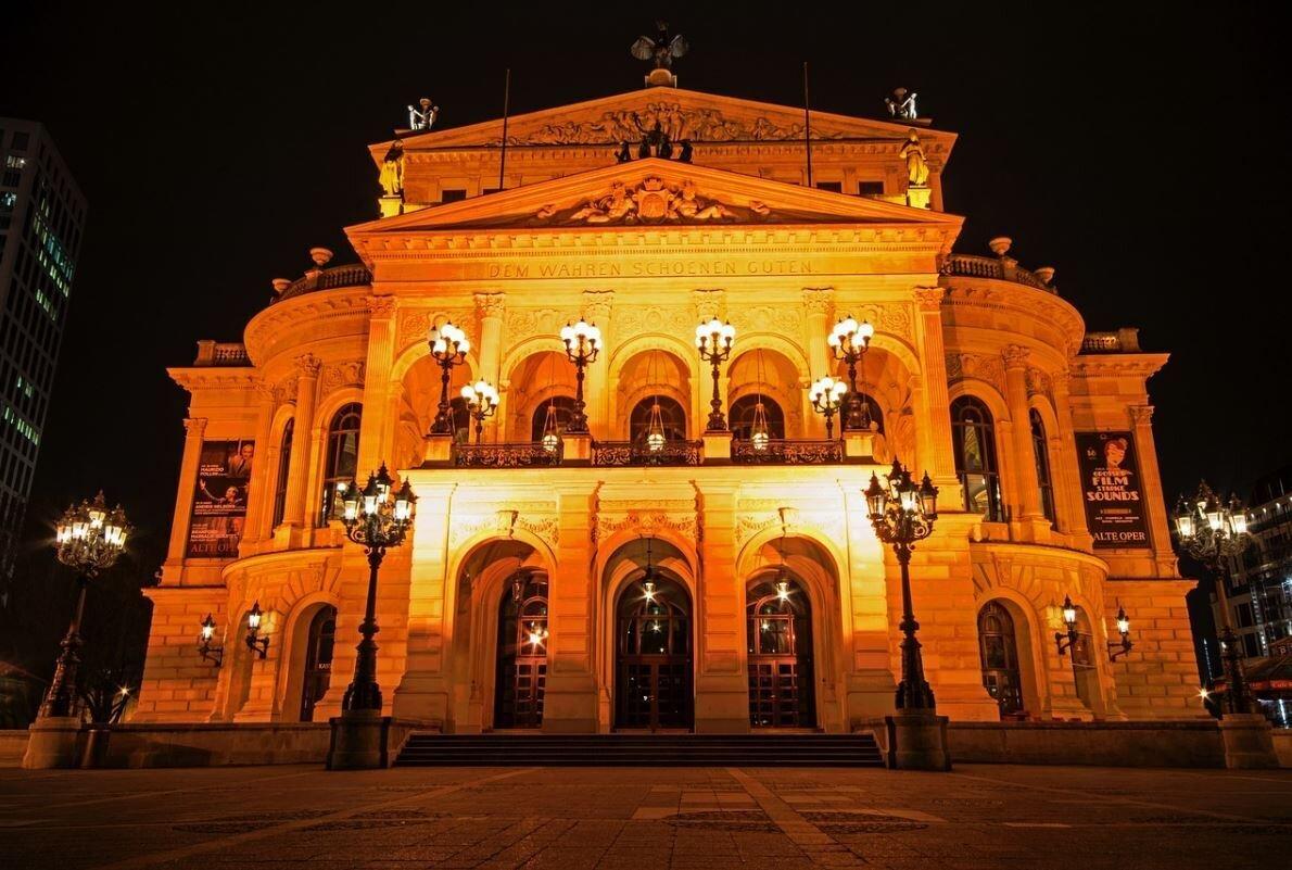Bild zeigt die Alte Oper in Frankfurt bei Nacht; Foto: pixabay