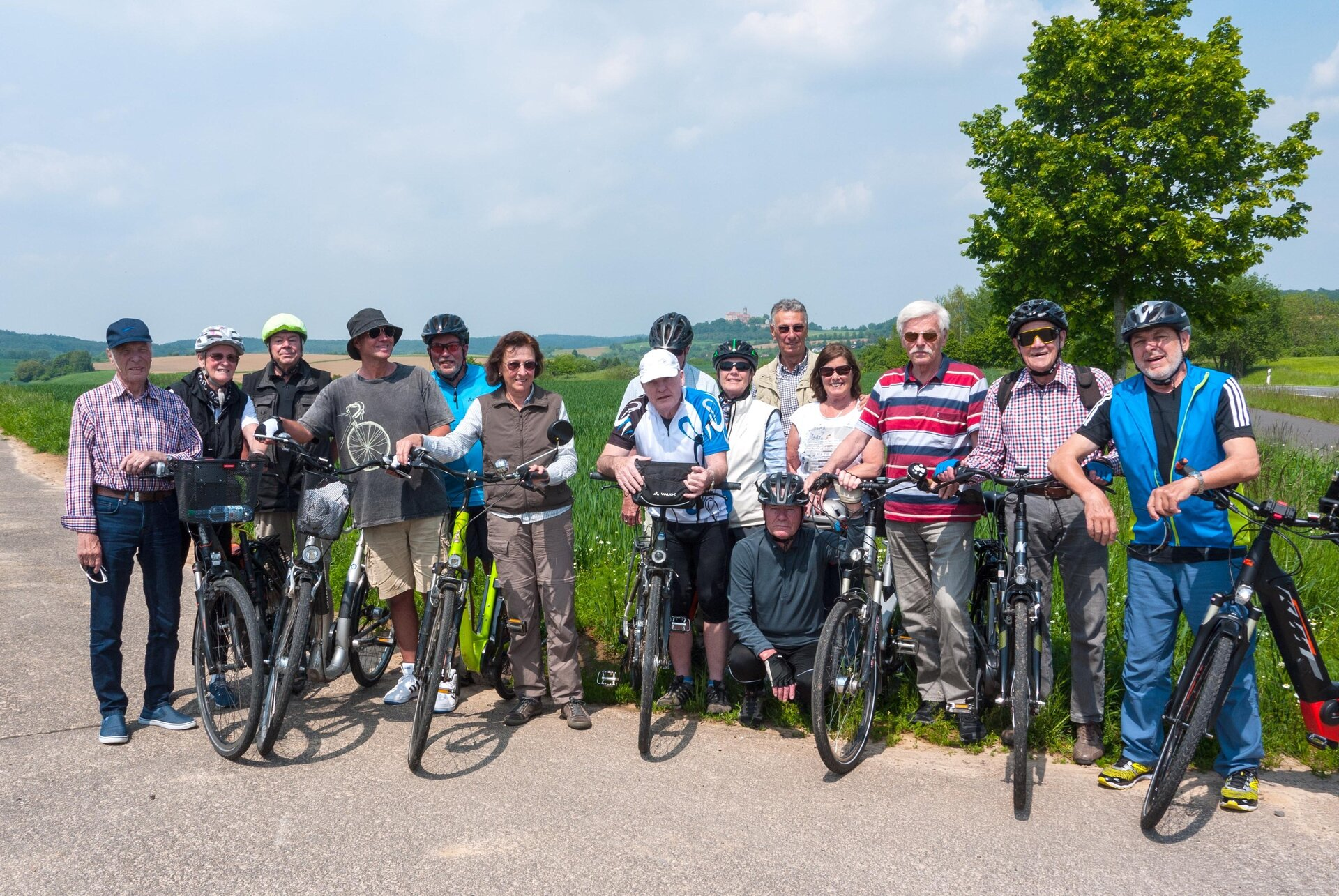 Bild zeigt Gruppenfoto der Radtour zur Ronneburg 2019; Foto: Stadt Maintal