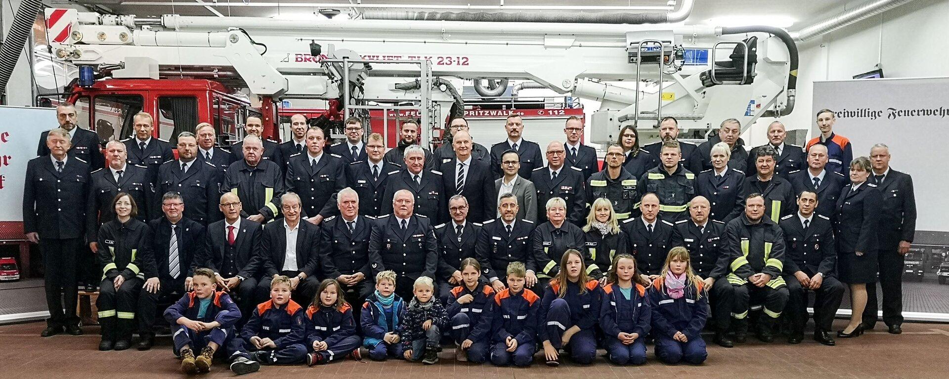 Gruppenbild mit dem Ministerpräsidenten Dietmar Woidke und den Wehrführern der Ortsfeuerwehren im Dezember 2019. Foto: Beate Vogel