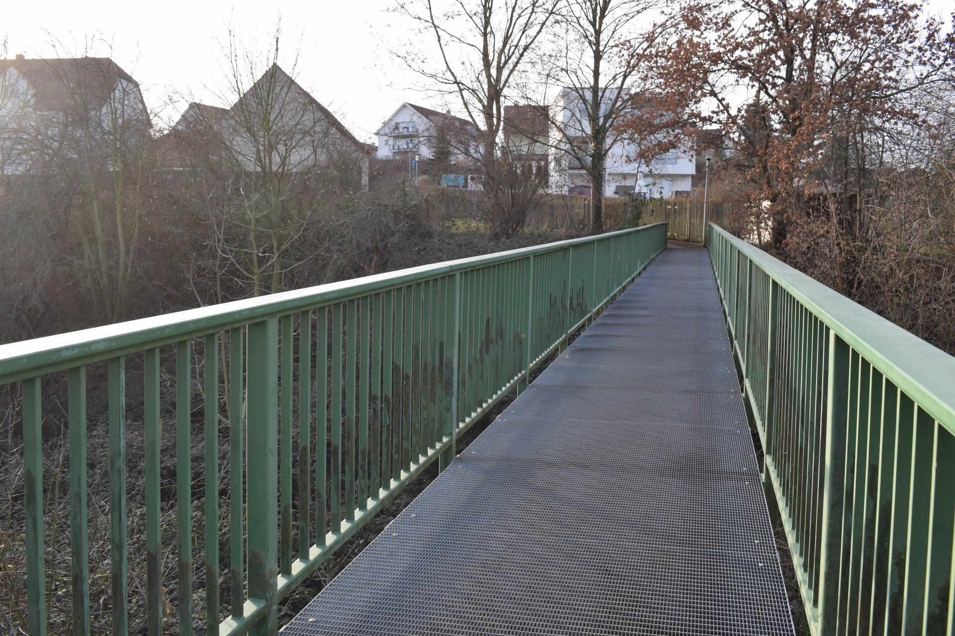 von der Bahnhofstraße aus über die Brücke der ehemaligen Muldentalbahn