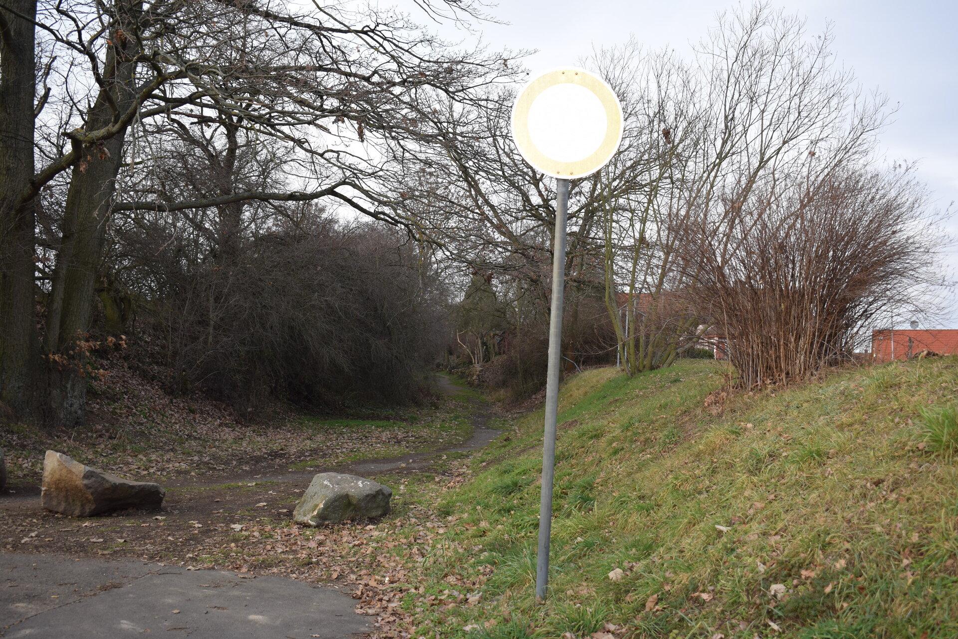 Der Leichenweg führt hinter dem Wohn- und Gewerbegebiet entlang.