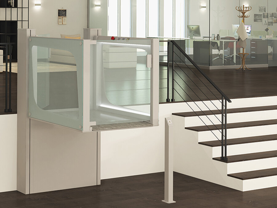 Hubbühne EasyPlat als barrierefreier Zugang für Rollstuhlfahrer in einem öffentlichen Gebäude