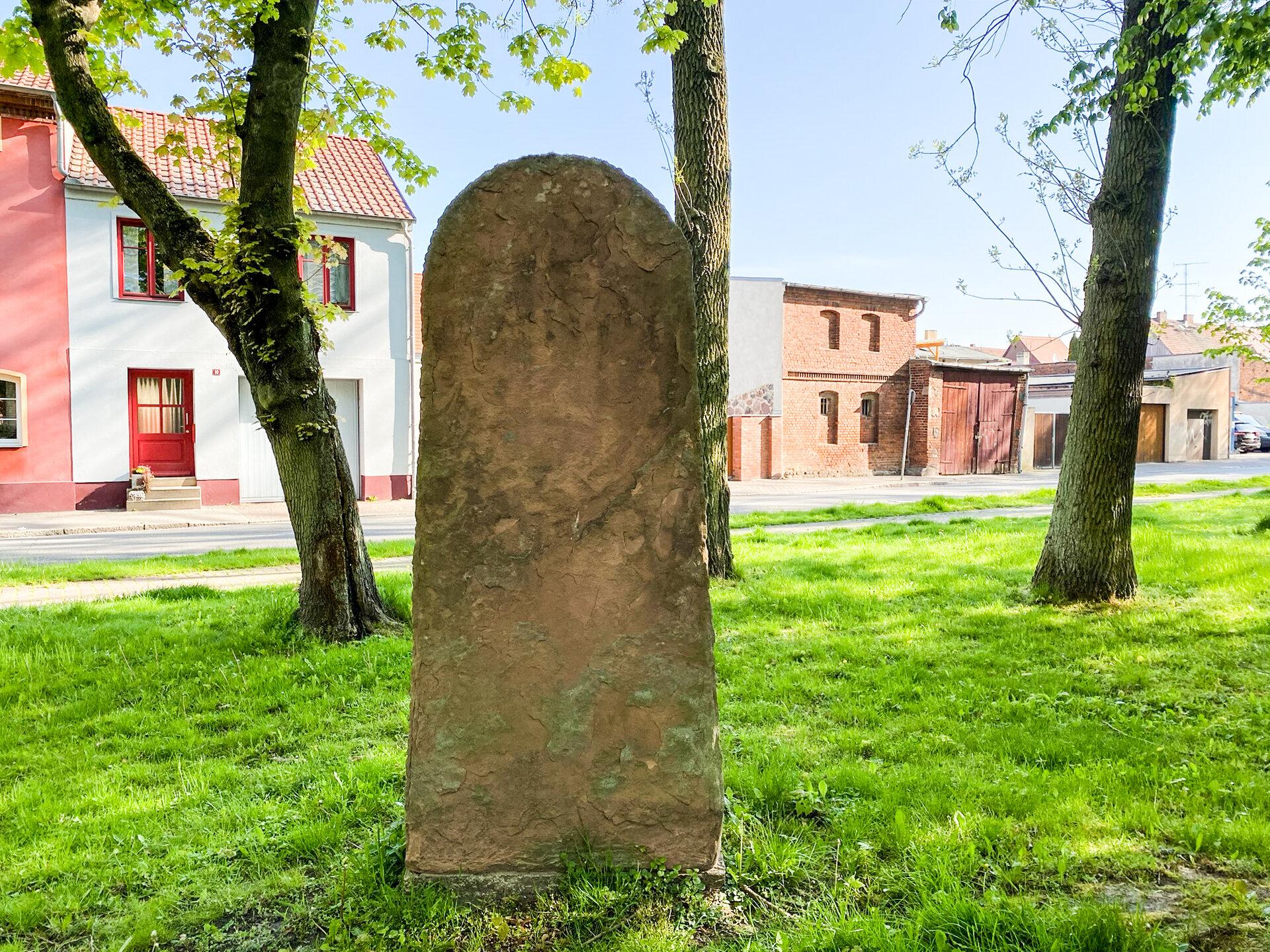 Park am Postplatz: Denkmal zu Ehren von Major Salbach, eines der Architekten des Pritzwalker Grüngürtels